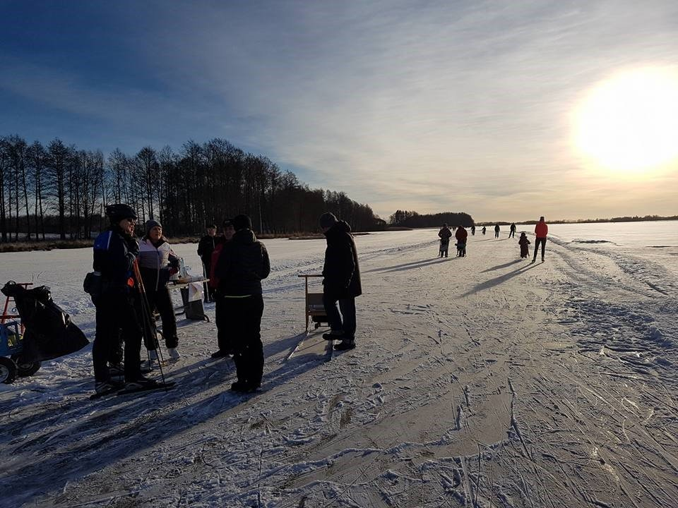 Kuukauden ulkoiluteko: 100 potkukelkkaa ja upea jäärata ulkoiluttavat tuhansia ihmisiä Köyliönjärvellä