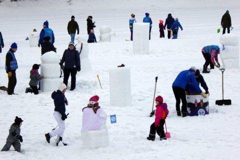 Lumiukkojen lystikäs maailma Heinolan Raviradalla